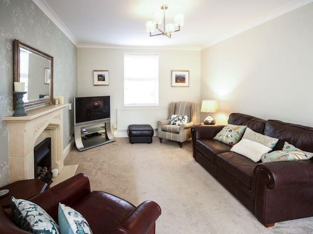 Orchard Leigh, spacious house with private drive