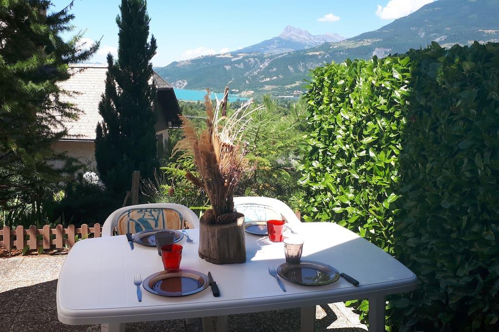 Une belle terrasse avec une vue magnifique