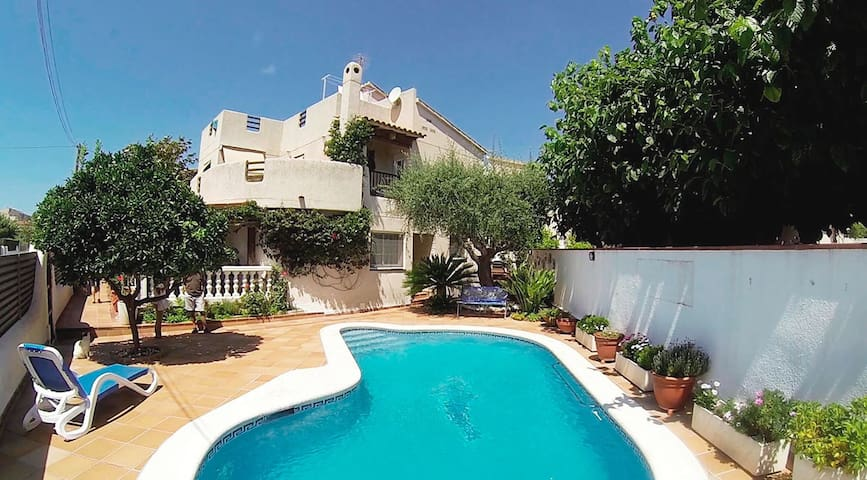 Detached house with pool, barbecue and garden.