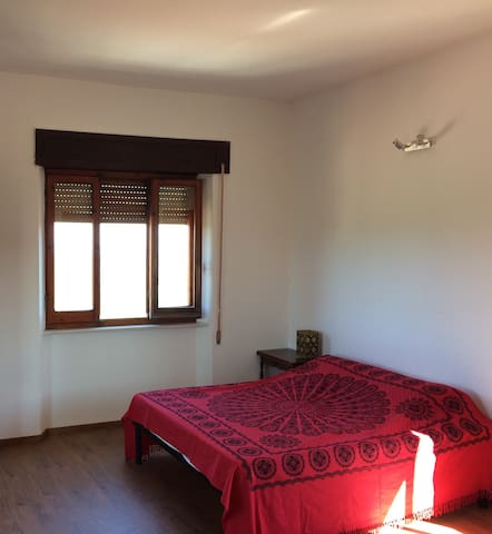 The double bedroom in the upper floor (beside the veranda) - La chambre matrimoniale à l'étage (à côté de la veranda).