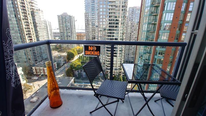 Quiet Bedroom/balcony. 24 hr pool/gym/hottub/sauna