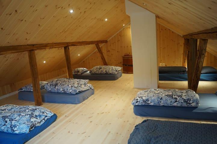 Loftet med mange madrasser