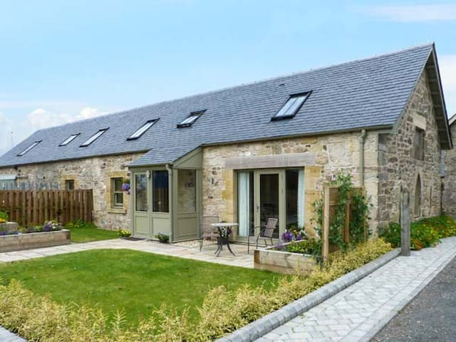 MUIRMAILING COTTAGE, family friendly in Stirling , Ref 14772