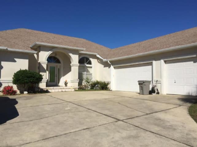 Large Pool, Quiet, Near Interstate & Beaches Rm 1