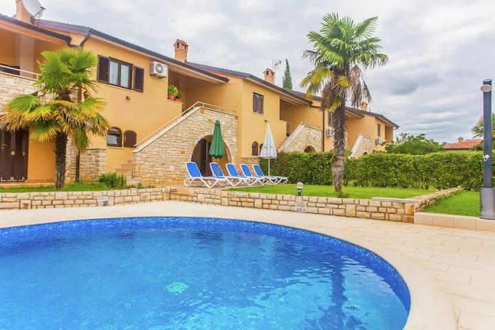 Two-bedroom apartment with a sea view, shared pool and garden