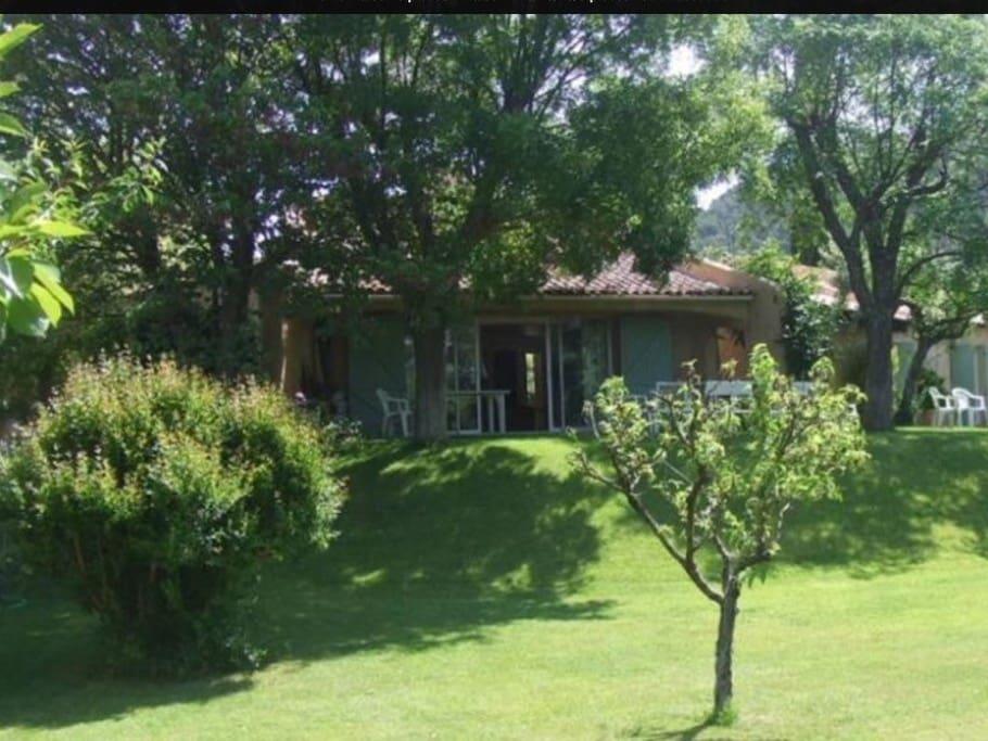 La maison de plein pied, au milieu des vignes