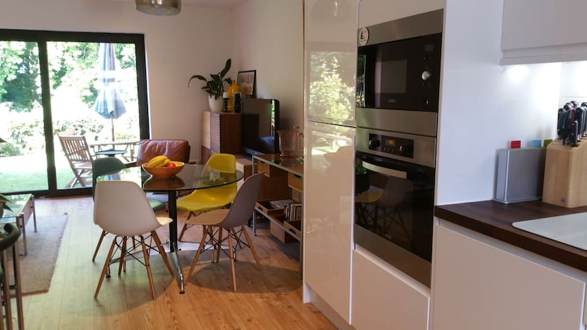 Lovely 2 Bedroom House in superb location