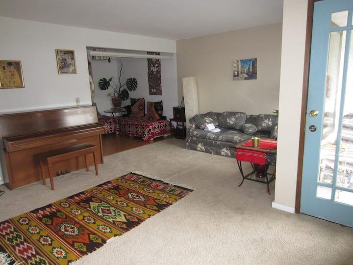 Cozy one-bedroom condo & parking