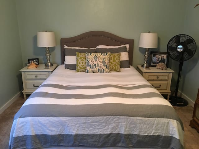 Private Queen Bedroom and Bath - Tallahassee - Complexo de Casas