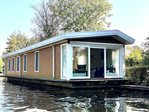 Lovely Houseboat in the Green Heart of Holland
