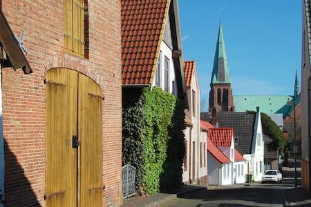 Kleines WG-Zimmer mit Gemeinschaftsräumen - Meldorf - บ้าน