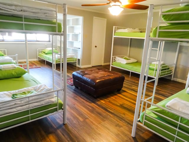 Sua Casinha !! Bed in a co-ed dorm w bathroom
