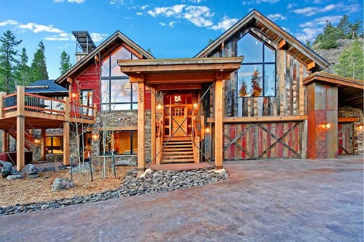 Professionally Designed Mountain-Modern Private Home with Private Hot Tub!
