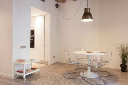 VALLS 1 -Antique & Modernist Apt-