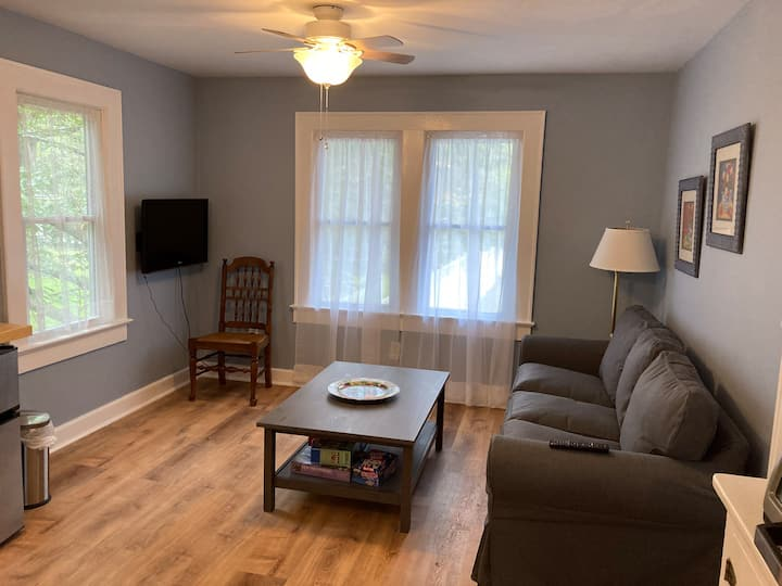 Bright, freshly redone apt, 1 mile from Main Str.