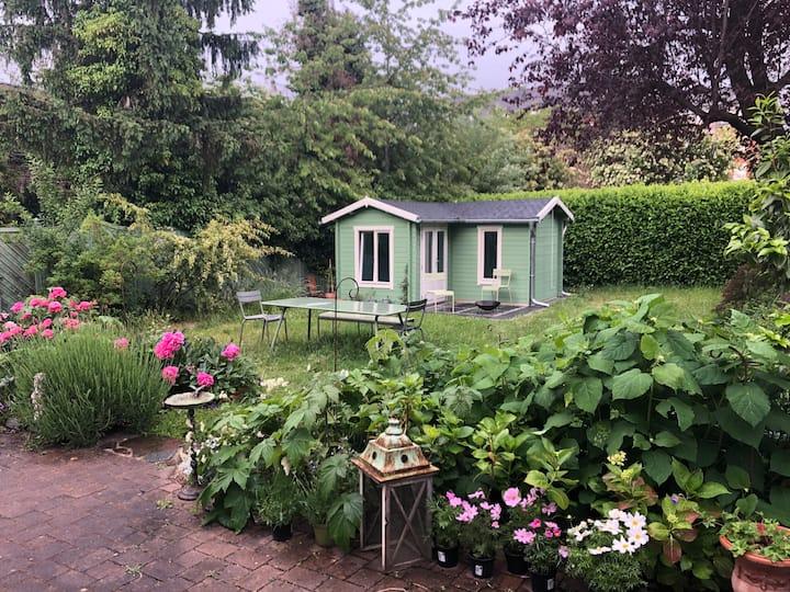 gemütliches Gartenhaus für rustikale Übernachtung