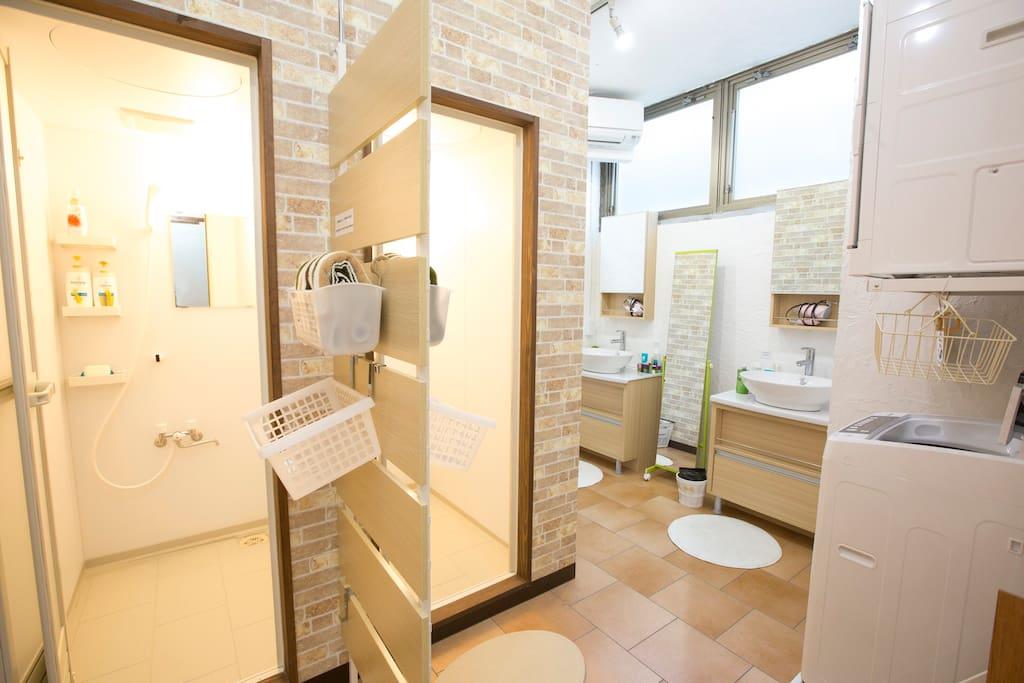女性用シャワールーム(洗濯・乾燥機は17〜22時で利用お願いします。) women shower room Washing machine and driyer available from 17 to 22 o'clock
