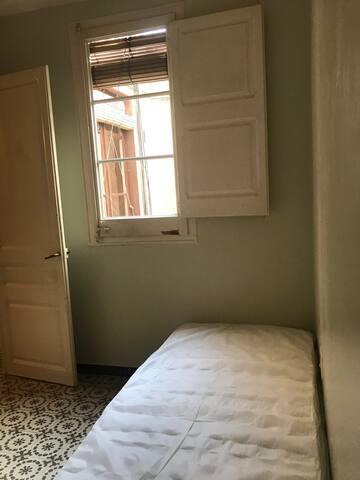 Cozy Room in Sants. Barcelona.