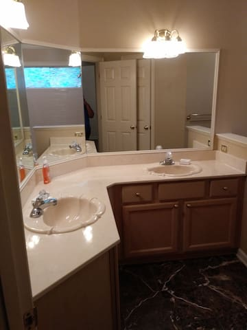 Room in 2500 sqf home in Cordova off of Germantown