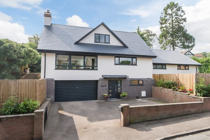 Spacious, modern delight. Walking distance to town