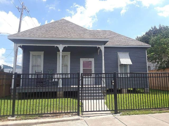 Great Location-Entire Home Furnished