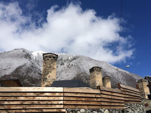 Ninia's guesthouse - Mestia - Haus