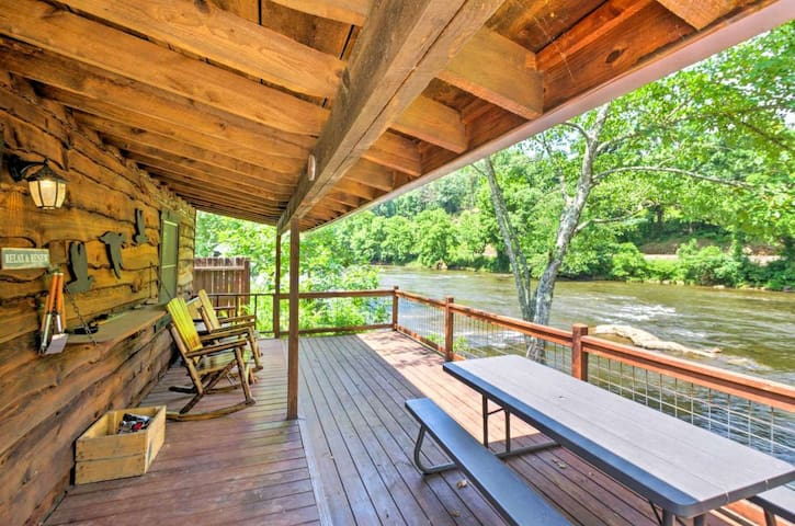 ⭐️⭐️Stunning Riverfront/Mtn View Cabin⭐️⭐️Sleeps 4