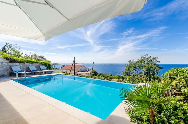 Villa Art Gallery - Six Bedroom Villa with Terrace and Swimming Pool