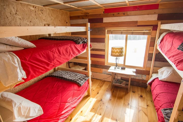 Hungry Hippie Hostel- Group Bunk Room #6