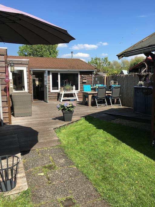 Rechter terras met eettafel en loungne bankje