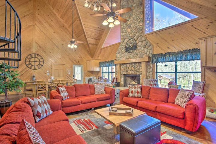 NEW! Grand Lodge on the River: Hot Tub + Fire Pit!