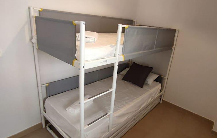 Dormitorio 2. Con 2 camas litera y cama nido.
