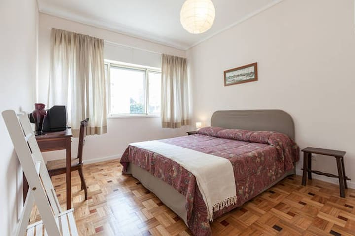 Spacious double room at Fonte da Moura's Apartment