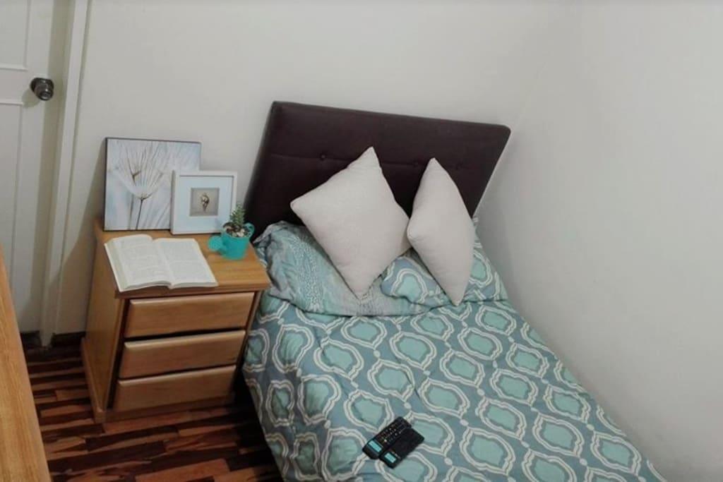 Cama y mesa de noche del dormitorio