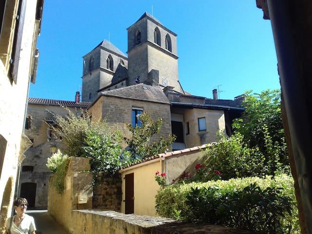 Chambre privée dans jolie cité médiévale