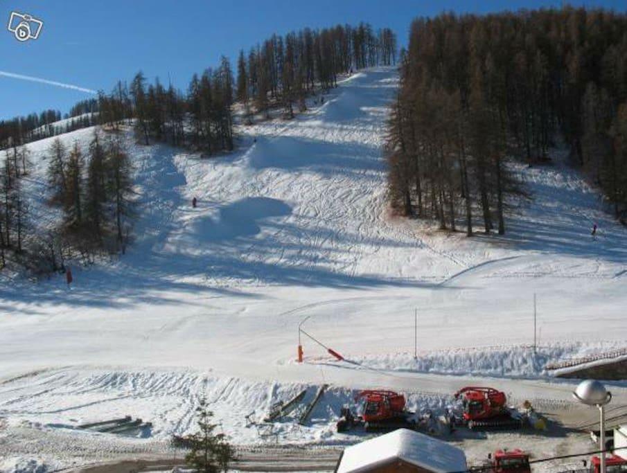 Au depart du télésieges et des Moto neiges, du stade , et du skate parc.