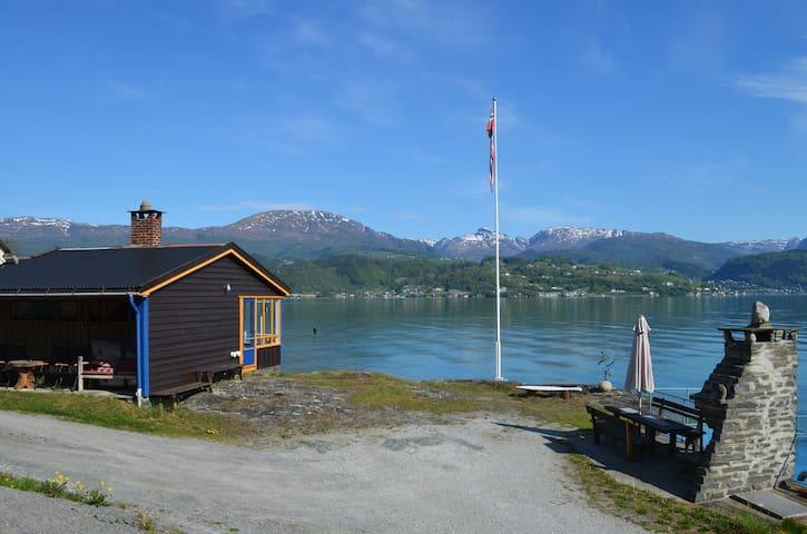 Koselig hytte ved fjorden
