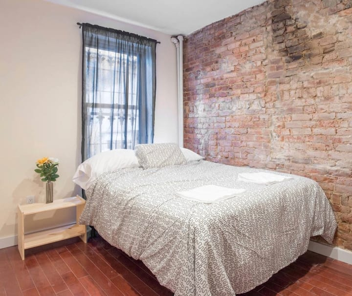HIGH END QUEEN BED -EXPOSED BRICK IN WILLIAMSBURG