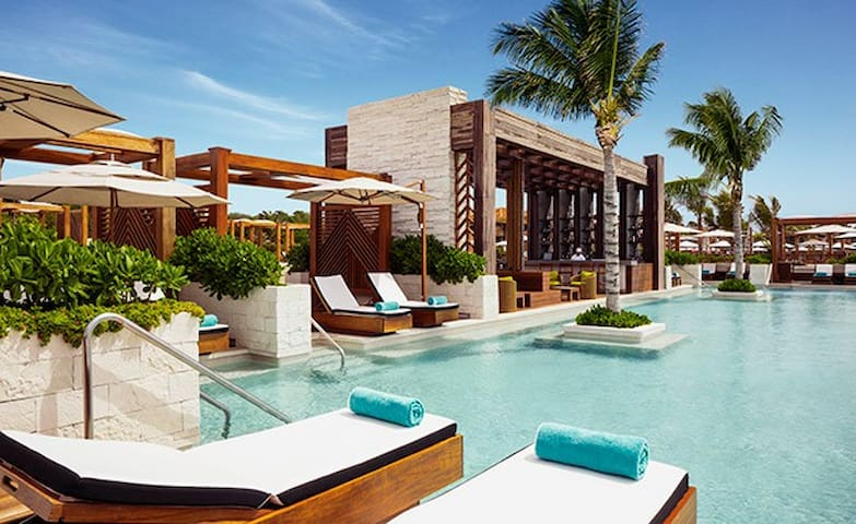 Pure relaxation and rest! Poolside food and drink service!