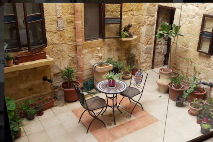 300yr old house of character – 5 mins from airport