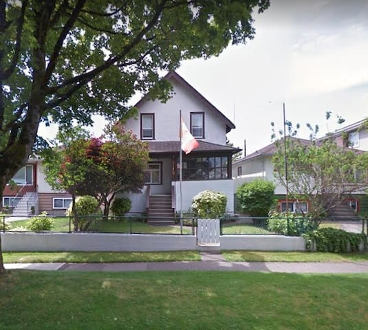 Sweet DoubleSize Bed Prime Location Vancouver West