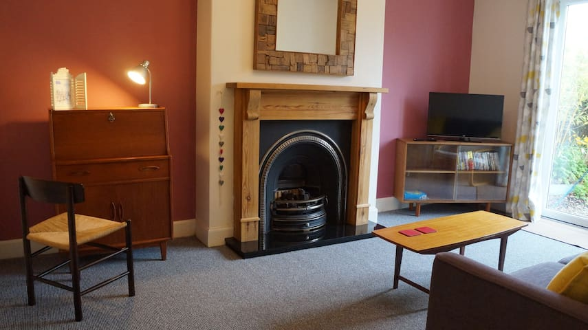 Cosy Edinburgh Home with private Garden & Parking