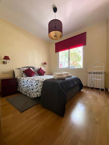 Chambre bordeaux avec lit 140x200, une armoire et un grand mirroir
