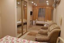 Спальня с открытыми межкомнатными перегородками