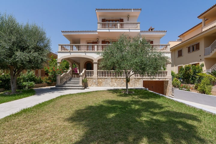Spectacular Villa only 20m from the beach