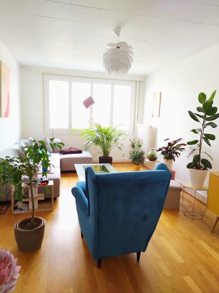 BRIGHT AND PRIVATE ROOM IN WELL-LOCATED APARTMENT.
