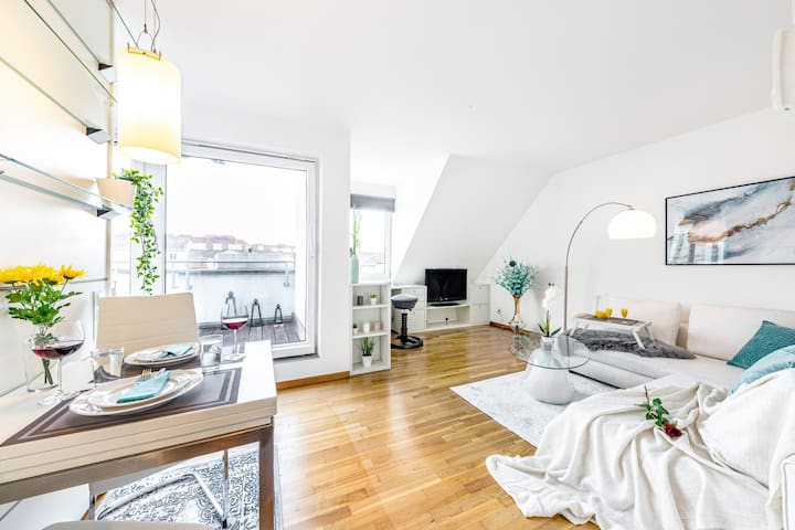 Trendy, apt. w/ BIG TERRACE | ❗8 MIN TO CITY❗