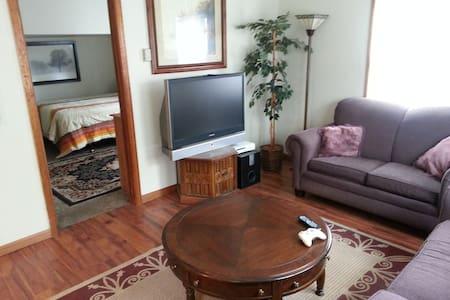 Comfortable rear cottage - West Allis