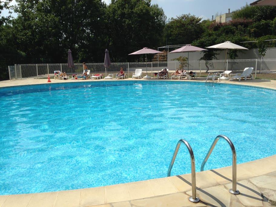 Très grande piscine surveillée , parasol et transat à disposition. Je vous fourni 2 serviettes de bain pour votre séjour .