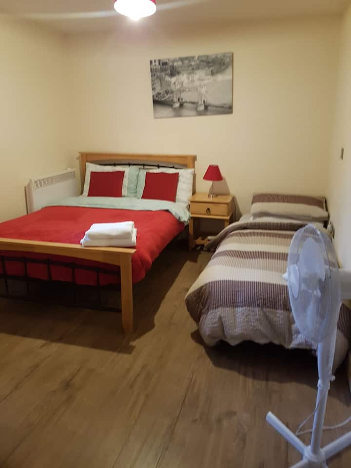 Central Apartment in new street with free parking